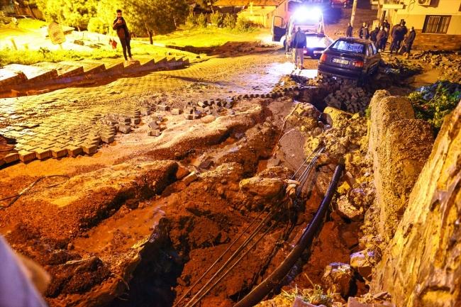 İzmir'de kuvvetli yağış su baskınlarına neden oldu