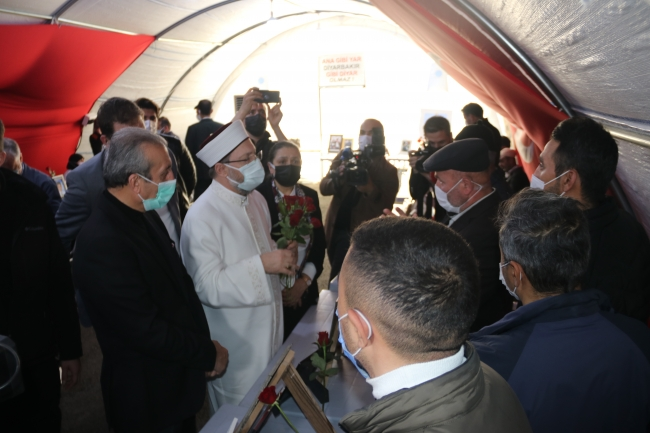 Diyanet İşleri Başkanı Erbaş'tan Diyarbakır annelerine ziyaret