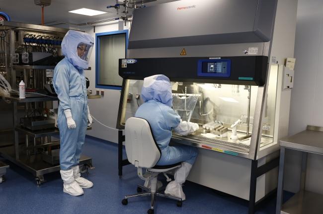 BioNTech kapılarını gazetecilere açtı: Tek bir mRNA kazanında 8 milyon doz aşı üretiyorlar