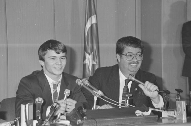 13 Aralık 1986'da dönemin Başbakanı Özal, Dünya Halter şampiyonu Naim Süleymanoğlu ile birlikte basın toplantısı düzenledi. / Fotoğraf: AA