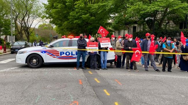 Biden, Türkiye'nin Washington Büyükelçiliği önünde protesto edildi