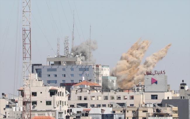 Gazze'de vurulan 13 katlı bina çöktü