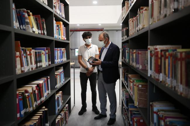 İnşaatında çalıştığı kütüphaneye yıllar sonra doktor adayı olarak geliyor