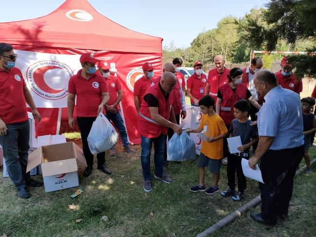 Türk Kızılay'dan Karabağ'daki çocuklara kırtasiye ve giysi yardımı