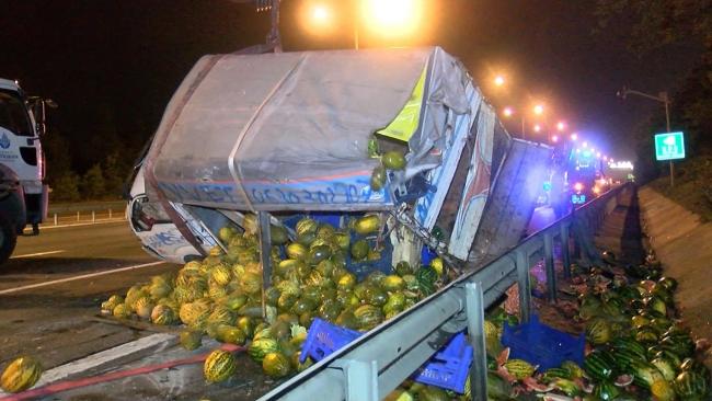 TEM Otoyolu'nda kamyonet ile taksi çarpıştı: 4 yaralı
