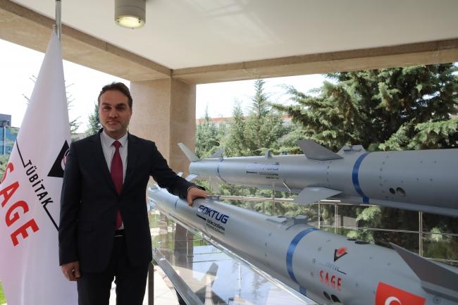 TÜBİTAK SAGE Müdürü Gürcan Okumuş, Göktuğ projesindeki füzelerin önünde. Foto: AA