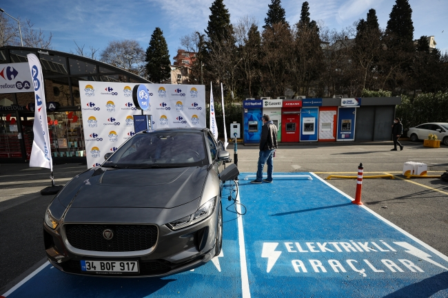 Türkiye'de de AVM'lerde başta olmak üzere elektrikli şarj istasyonlarının sayısı giderek artıyor.