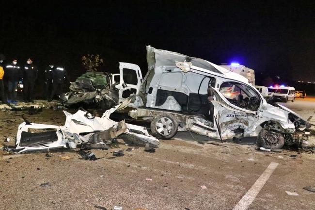Elazığ'da otomobil ile ticari araç çarpıştı: 4 ölü