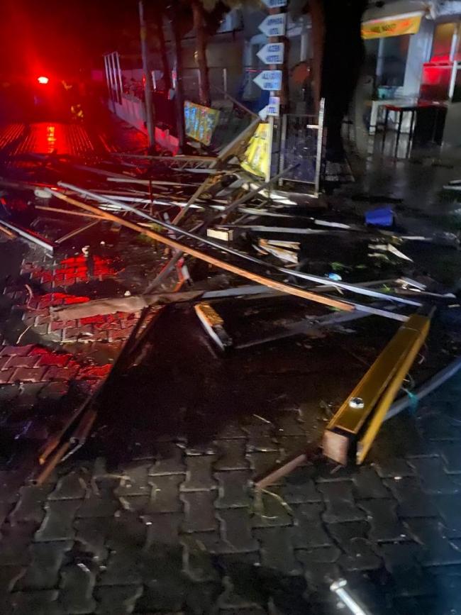 Ege'de fırtına çatıları uçurdu, otomobil ters döndü