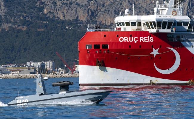 Geçtiğimiz günlerde suya inen ULAQ, Oruç Reis gemisiyle aynı karede. Foto: AA