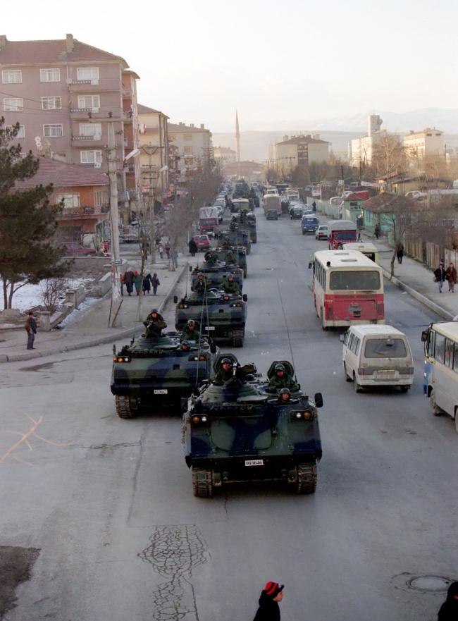 Etimesgut Zırhlı Birlikler Okulu'na ait tanklar 4 Şubat 1997'de Sincan'da motorlu yürüyüş yaparak Akıncı Üssü'ne gitti. (Arşiv)