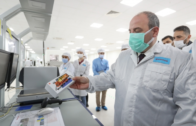 Sanayi ve Teknoloji Bakanı Mustafa Varank, Türkiye'de test üretimine başlayan Çinli dev teknoloji markası Xiaomi'nin İstanbul Avcılar'daki akıllı telefon fabrikasını ziyaret etti. (11.03.2021) Fotoğraf: AA