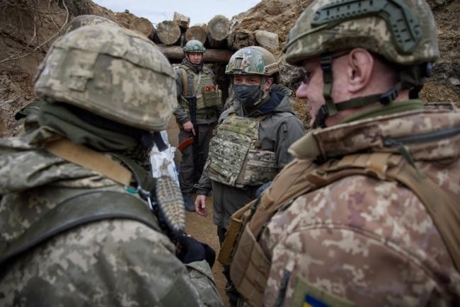Vladimir Zelenskiy (ortada) Donbas'da, cephede. | Credit: Ukrainian Presidency via AA