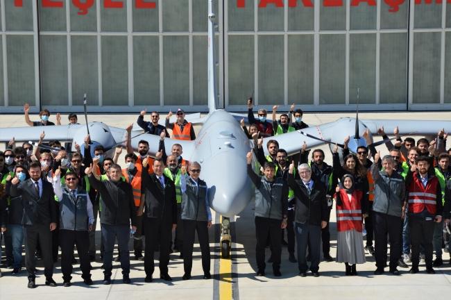 Atışın ardından BAYKAR ve ROKETSAN yöneticileri ile ekip üyelerinin 'başarı' hatırası.