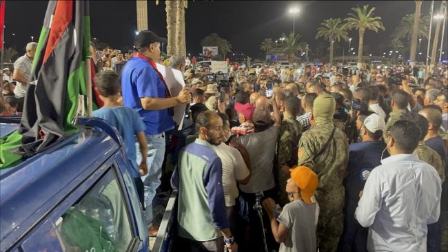Temsilciler Meclisi'nin aldığı karar sonrası Başkent Trablus'ta binlerce kişi Dibeybe'ye destek gösterisi düzenledi. Fotoğraf: AA
