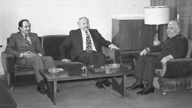 Dönemin İçişleri Bakanı Asiltürk (solda), Başbakan Yardımcısı Necmettin Erbakan. (ortada) ile 20 Mart 1976'da Kara Kuvvetleri Komutanı Orgeneral Namık Kemal Ersun'u ziyaret etti. (AA-Arşiv)