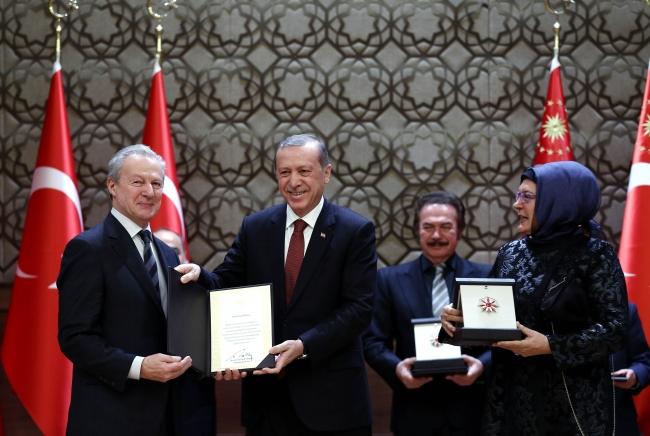 Cumhurbaşkanı Erdoğan, 2015'teki Cumhurbaşkanlığı Kültür ve Sanat Büyük Ödülleri töreninde, Vefa Ödülüne layık görülen Cemil Meriç'in ödülünü kızı Ümit Meriç ve oğlu Mahmut Ali Meriç'e vermişti.