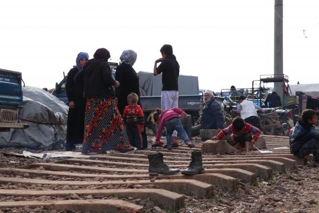 Bombardımandan kaçan İdlib halkı tren yoluna yerleşti