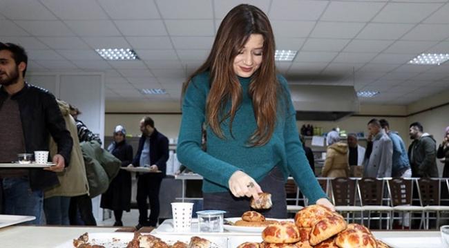 Amasya'da sınava çalışan öğrencilere pasta ve börek ikramı