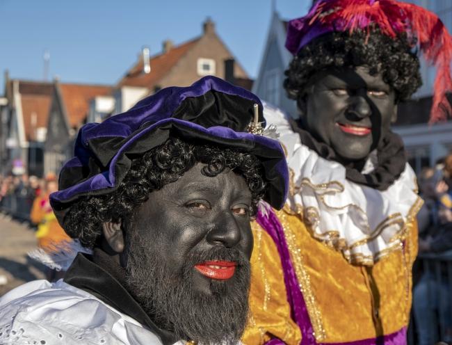 ''Noel Baba'' olarak tanınan Aziz Nikola'nın ''Hollanda'ya gelişini kutlamak'' üzere düzenlenen festivallerde, azizin yardımcılarını canlandıranlar yüzlerini tamamen siyaha boyuyor. Fotoğraf: AP (Arşiv)