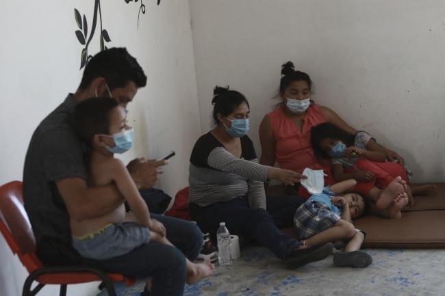 Meksika'da COVID-19 testleri pozitif çıkan Guatemalalı göçmenler karantinada. Fotoğraf: AP