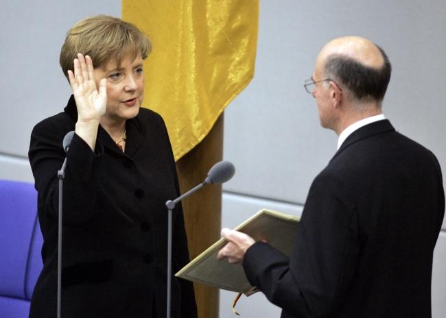 2005 yılında Almanya Şansölyesi görevini üstlenen Angela Merkel yemin töreninde. Fotoğraf: AP