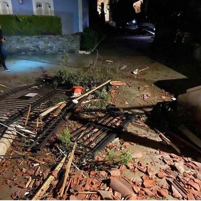 Alaçatı'da hortum: Çatılar uçtu, araçlar takla attı