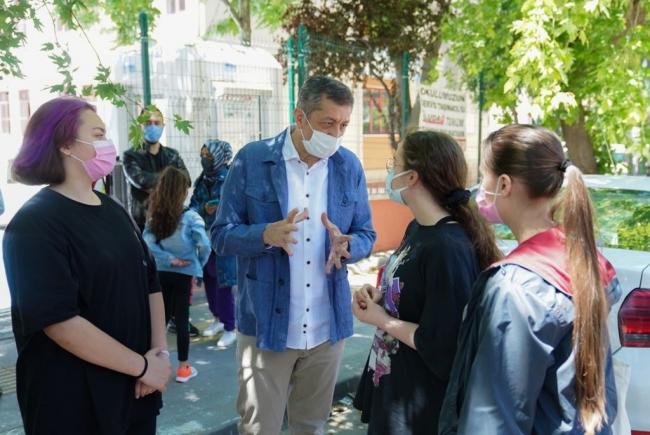Bakan Selçuk, LGS çıkışında öğrenciler ve velilerle bir araya geldi