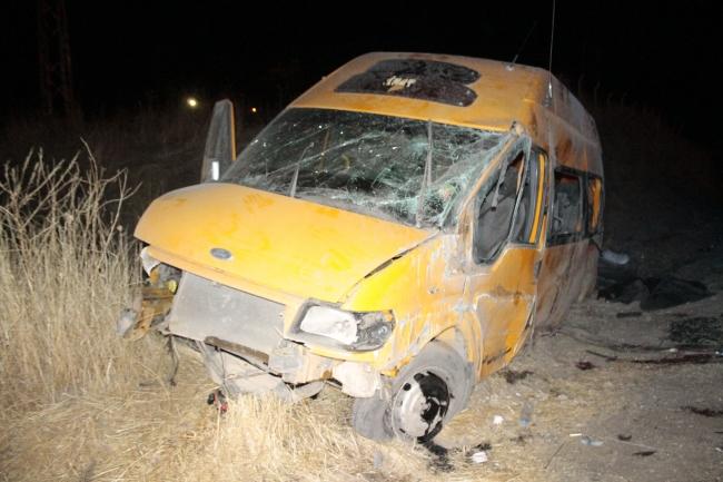 Düzensiz göçmenleri taşıyan araç şarampole devrildi. Kazada 1 kişi yaşamını yitirdi, 12 kişi yaralandı. Fotoğraf: İHA