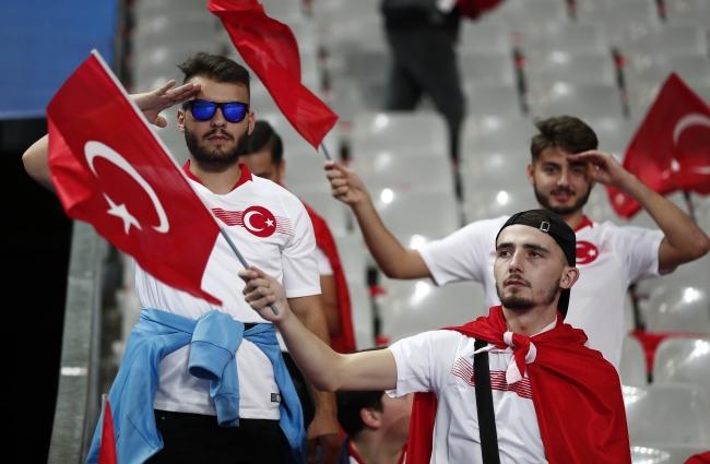 Fransa-Türkiye maçında Türk taraftarlar, sık sık asker selamı vererek Barış Pınarı Harekatı'na desteğini gösterdi. Fotoğraf: İHA