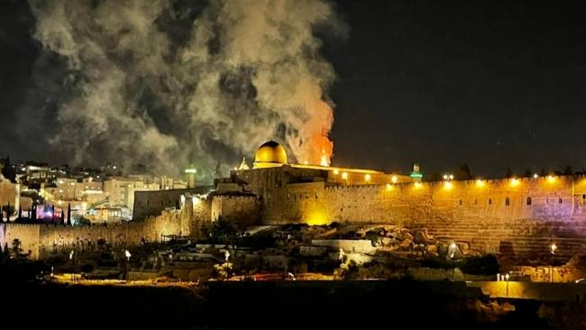 İsrail yeniden Mescid-i Aksa'da cemaate saldırdı