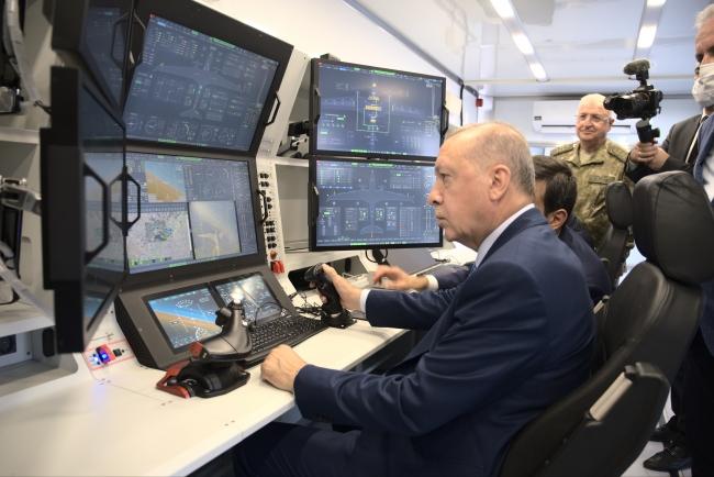 Cumhurbaşkanı Erdoğan, gösteri uçuşu yapan Akıncı'nın kontrol ünitesinde.