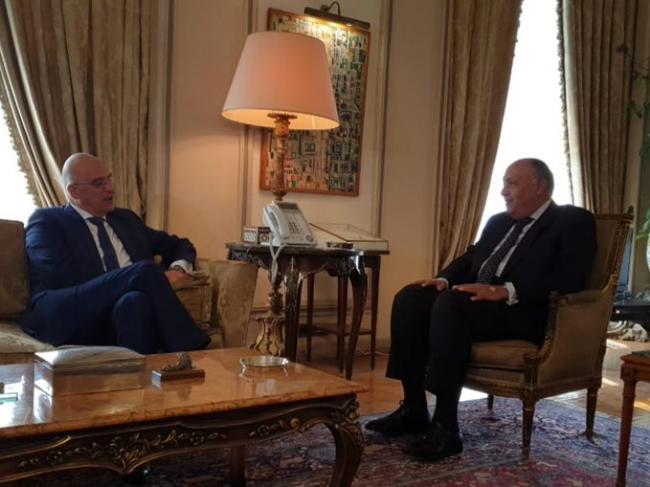 Yunanistan Dışişleri Bakanı Nikos Dendias, Kahire'de meslektaşı Sami Şükrü ile görüştü. Fotoğraf: Yunanistan Dışişleri Bakanlığı