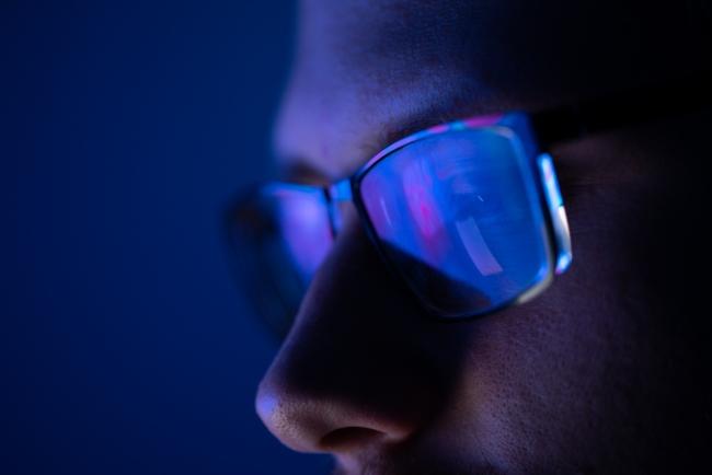 Uyku öncesi telefona bakanları bekleyen tehlike: Mavi ışık