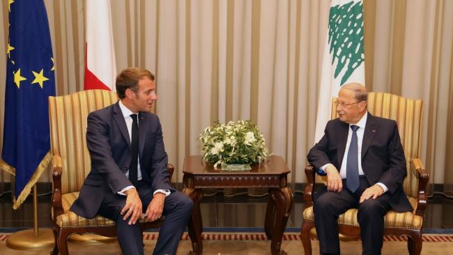 Beyrut Limanı'ndaki patlamadan sonra Fransa Cumhurbaşkanı Emmanuel Macron'un (solda) Lübnan'daki siyasi krizin çözümü için sunduğu inisiyatif hayat geçirilemedi. (Lübnan Cumhurbaşkanı Mişel Avn - sağda) Fotoğraf: AA