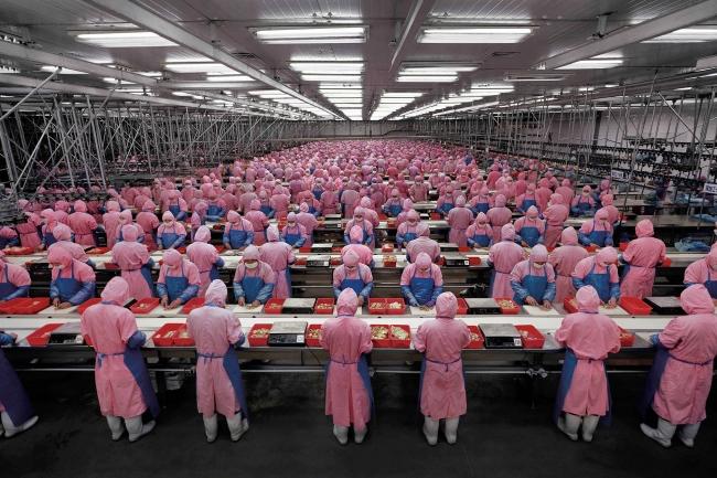 Çin'de çok sayıda insanın çalıştığı üretim bantları günde binlerce üretime imza atıyor.