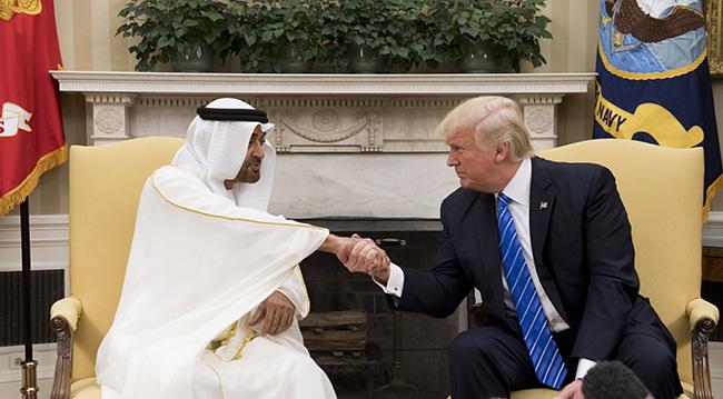 Muhammed bin Zayed, Beyaz Saray'da ABD Başkanı Donald Trump ile el sıkışıyor, Mayıs 2017. Fotoğraf: Getty