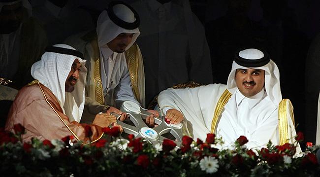 Muhammed bin Zayed, o dönem Katar veliaht prensi olan Tamim bin Hamad Al Sani ile birlikte, Katar'da Dolphin Gaz İşletme Tesisi'nin açılışında, Mayıs 2008. Fotoğraf: AFP