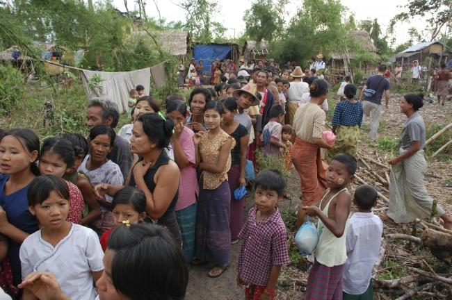Nergis kasırgasından sonra yardım almak için sıraya giren Myanmarlılar. Fotoğraf: Reuters