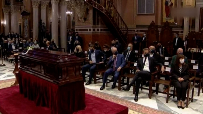Yunanistan'da eski metropolit Miçotakis'in kilisede oturuşunu eleştirdi