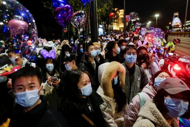 Wuhan'da binlerce kişi yılbaşı kutlamalarına katıldı. | Fotoğraf: Reuters