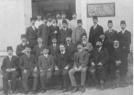 Çemberlitaş'ta açılan yeni 'Bakteriyolojihane-i Osmani' Ortada Müdür Dr. Paul-Louis Simond ve yardımcıları, solunda: Dr. Ziya Seyfullah, sağında: Dr. Rıfat Muhtar Beyler