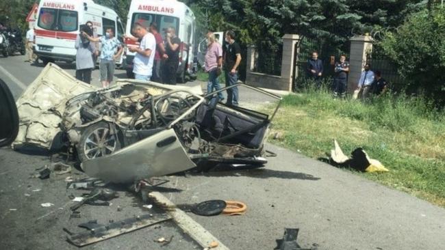 Ankara'da trafik kazası: Araç ikiye bölündü