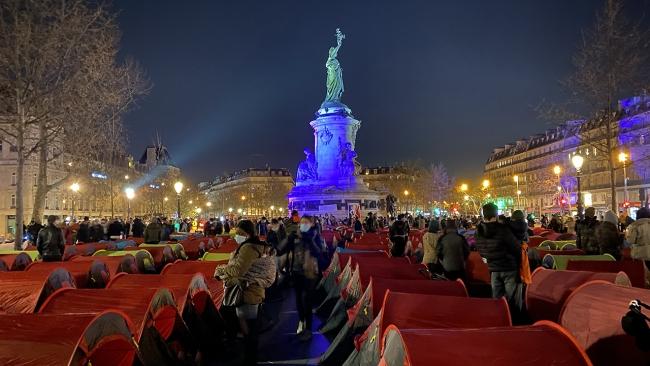 Sığınmacılar Paris'te kamp kurarak hükümete tepki gösterdi