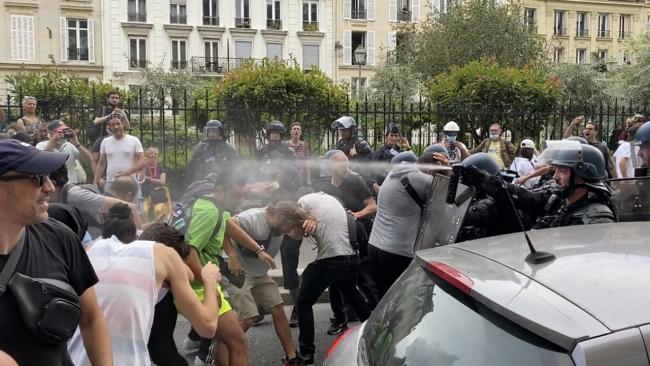 Fransa'da aşı karşıtları yine meydanlarda