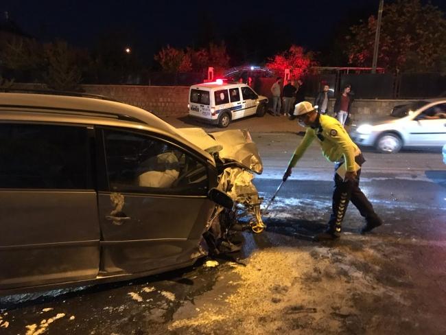 Kayseri'de 4 otomobil çarpıştı: 2'si ağır 6 yaralı