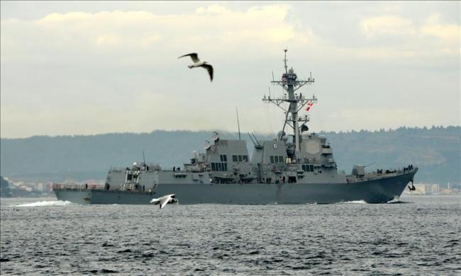 ABD'ye ait bir savaş gemisi Çanakkale Boğazı'ndan geçiyor. Fotoğraf: AA