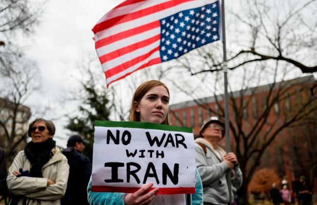 Beyaz Saray önünde ''İran'la savaşa hayır'' yazılı pankart taşıyan bir gösterici, 4 Ocak 2020. Fotoğraf: Getty