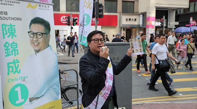 Hong Kong'da adaylar seçim çalışmalarını sürdürüyor. | Fotoğraf: Reuters