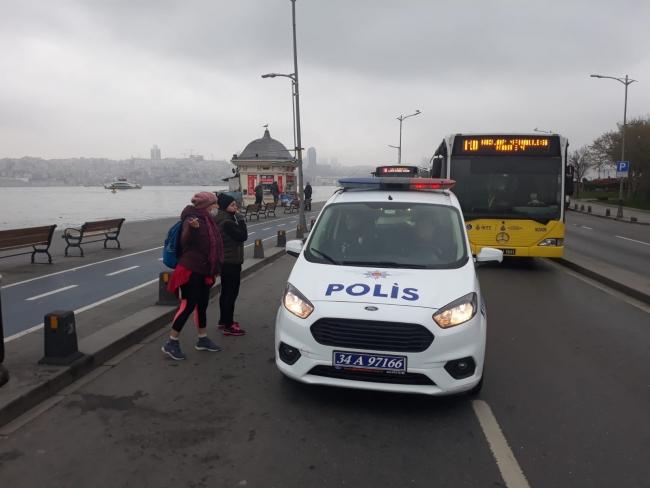 Polis ekipleri Üsküdar Sahili'nde vatandaşlara evde kalmaları yönünde uyarı anonsları yaptı. Fotoğraf: DHA